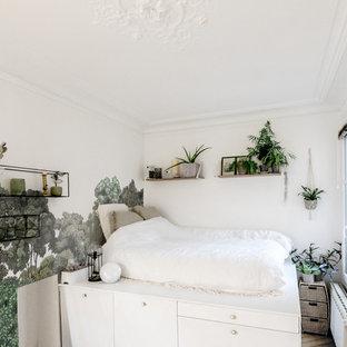 Idées déco pour une petite chambre parentale contemporaine avec un mur multicolore.