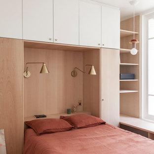 Modelo de habitación de invitados nórdica, pequeña, con suelo de madera clara y suelo beige