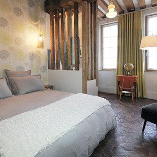Imagen de habitación de invitados escandinava, de tamaño medio, con paredes beige, suelo de baldosas de terracota y suelo rojo