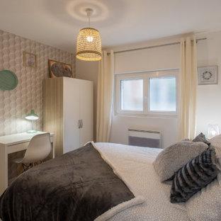 Foto på ett mellanstort shabby chic-inspirerat gästrum, med gröna väggar och ljust trägolv