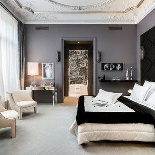 Exemple d'une grande chambre chic avec un mur gris et aucune cheminée.