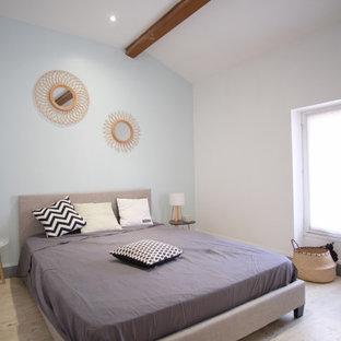 Foto de dormitorio nórdico, de tamaño medio, con paredes azules y suelo de travertino