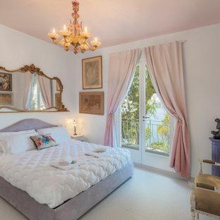 Inspiration pour une chambre bohème avec un mur blanc et un sol blanc.