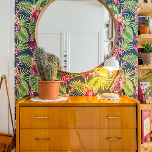 Photo of a midcentury bedroom in Lyon with multi-coloured walls.