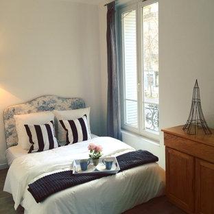 Idées déco pour une petite chambre classique avec un mur blanc et un sol en bois foncé.