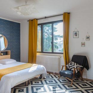 Exemple d'une chambre scandinave avec un mur blanc, un sol en bois brun et un sol marron.