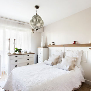 Идея дизайна: спальня в стиле шебби-шик с бежевыми стенами и паркетным полом среднего тона