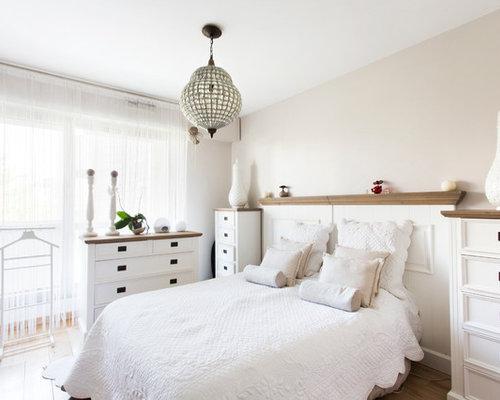 cette image montre une chambre style shabby chic avec un mur beige et un sol en - Modele Chambre Romantique