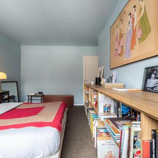 Modelo de dormitorio principal, contemporáneo, con paredes azules, moqueta y suelo multicolor