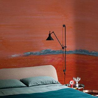 Пример оригинального дизайна: спальня в стиле фьюжн с красными стенами