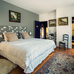 Inspiration pour une chambre parentale bohème de taille moyenne avec un mur gris et un sol en bois brun.