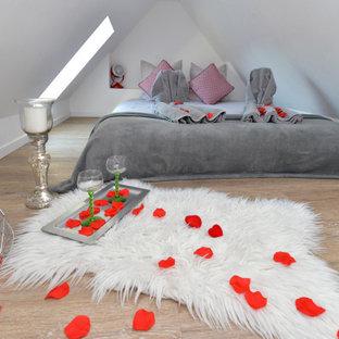 Foto de dormitorio tipo loft, romántico, pequeño