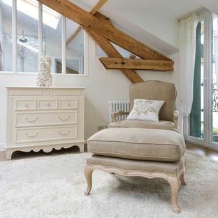 Réalisation d'une grande chambre champêtre avec un mur blanc et un sol en bois clair.