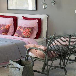 Idées déco pour une chambre parentale classique de taille moyenne avec un mur gris et un sol en bois clair.