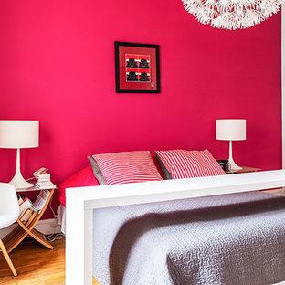 Idées déco pour une chambre parentale contemporaine de taille moyenne avec un mur rose, un sol en bois brun et aucune cheminée.