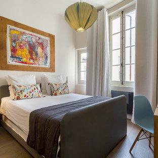 Réalisation d'une chambre design avec un mur blanc et un sol en bois clair.