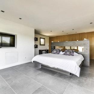 Inspiration pour une chambre design avec un mur blanc et un sol gris.