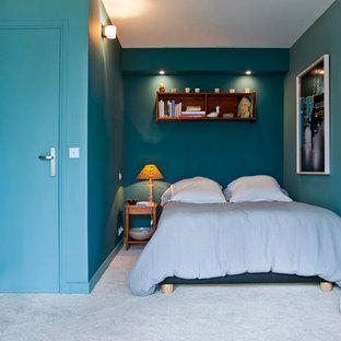 Aménagement d'une chambre contemporaine de taille moyenne avec un mur bleu.