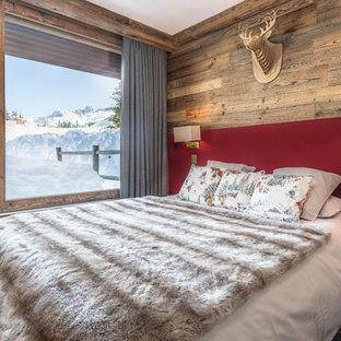 Foto de dormitorio principal, rural, de tamaño medio, con suelo de pizarra y suelo gris