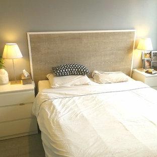 Imagen de dormitorio principal, clásico, de tamaño medio, sin chimenea, con paredes grises, suelo de linóleo y suelo gris