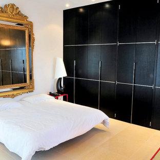 Idée de décoration pour une grand chambre parentale design avec un mur blanc et un sol en carrelage de céramique.