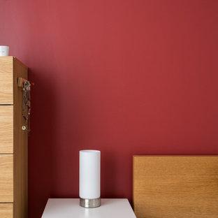 Стильный дизайн: хозяйская спальня среднего размера в стиле модернизм с красными стенами, светлым паркетным полом и бежевым полом без камина - последний тренд