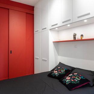 Imagen de dormitorio principal y boiserie, actual, pequeño, boiserie, sin chimenea, con paredes blancas, suelo de baldosas de cerámica, marco de chimenea de madera, suelo multicolor y boiserie