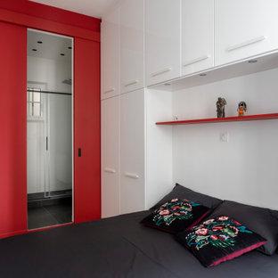 Foto de dormitorio principal y boiserie, minimalista, pequeño, boiserie, sin chimenea, con paredes blancas, suelo de baldosas de cerámica, suelo multicolor, marco de chimenea de madera y boiserie