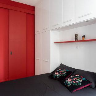Modelo de dormitorio principal y boiserie, minimalista, pequeño, boiserie, sin chimenea, con paredes blancas, suelo de baldosas de cerámica, suelo multicolor, marco de chimenea de madera y boiserie