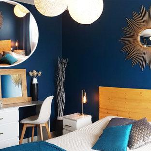 Ejemplo de dormitorio principal, bohemio, pequeño, sin chimenea, con paredes azules, suelo de baldosas de cerámica y suelo beige