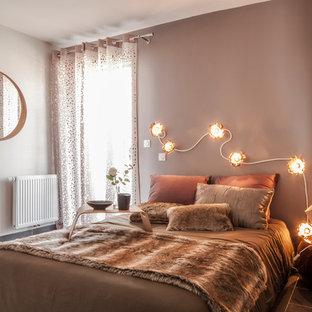 Aménagement d'une chambre parentale contemporaine avec un mur marron et un sol en carrelage de céramique.