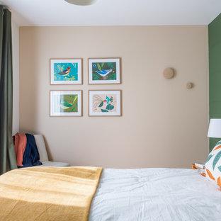 Exemple d'une chambre rétro avec un mur vert.