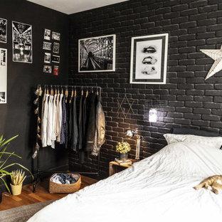 Imagen de dormitorio principal, urbano, de tamaño medio, con paredes negras