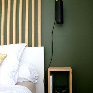ボルドーの小さい北欧スタイルのおしゃれな主寝室 (緑の壁、淡色無垢フローリング、暖炉なし、ベージュの床) のインテリア