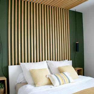 Ejemplo de dormitorio principal, nórdico, pequeño, sin chimenea, con paredes verdes, suelo de madera clara y suelo beige