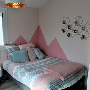 Inspiration for a mid-sized modern loft-style bedroom in Paris with pink walls, grey floor and dark hardwood floors.
