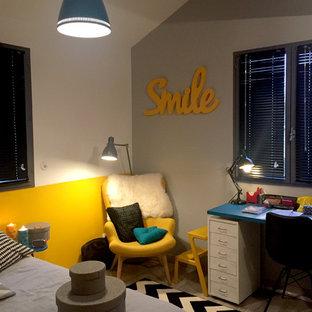 Diseño de dormitorio tipo loft, minimalista, de tamaño medio, con paredes amarillas, suelo gris y suelo de madera oscura
