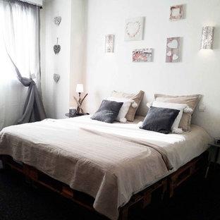 Imagen de dormitorio principal, exótico, grande, sin chimenea, con paredes blancas, moqueta y suelo negro