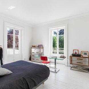 Idées déco pour une chambre classique avec un mur blanc, un sol en bois peint et un sol blanc.