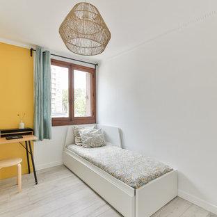 Modelo de dormitorio escandinavo, de tamaño medio, sin chimenea, con paredes amarillas, suelo de linóleo y suelo beige