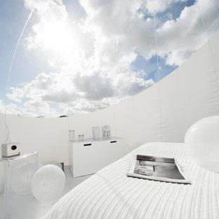 Cette image montre une petit chambre parentale design avec un mur blanc.