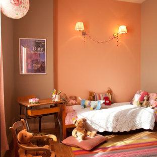 マルセイユのトランジショナルスタイルのおしゃれな寝室 (オレンジの壁) のレイアウト
