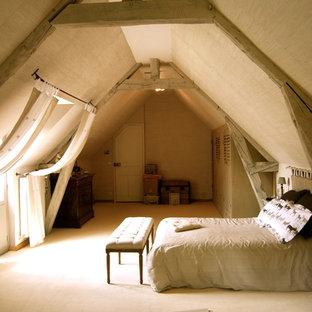 Inspiration pour une grande chambre avec moquette rustique avec un mur beige et aucune cheminée.