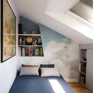 Aménagement d'une chambre contemporaine avec un mur blanc, un sol en bois clair et un sol marron.