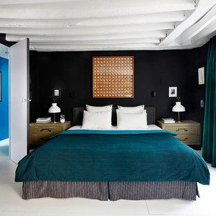 パリのコンテンポラリースタイルのおしゃれな寝室 (黒い壁、塗装フローリング)
