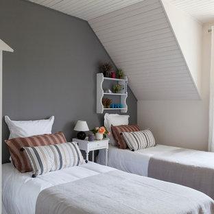 Exemple d'une petit chambre d'amis nature avec un mur gris.