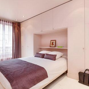 Modelo de dormitorio principal, actual, de tamaño medio, con paredes beige, suelo de madera pintada y suelo blanco