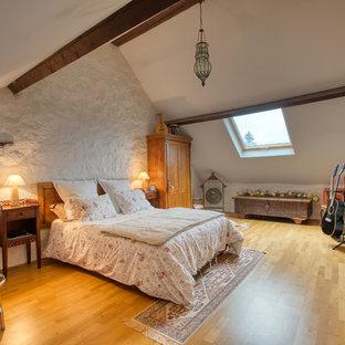 Cette photo montre une chambre nature avec un mur blanc, un sol en bois clair et un sol beige.