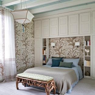 Ejemplo de dormitorio principal, exótico, grande, con moqueta
