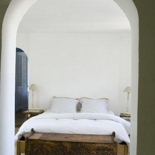 Esempio di una camera da letto eclettica